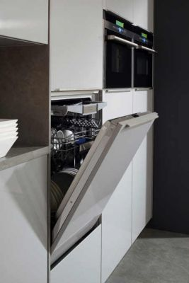 moderne Spülmaschine ist energieeffizient, super leise und körpergerecht in die moderne Küche eingebaut Foto AMK
