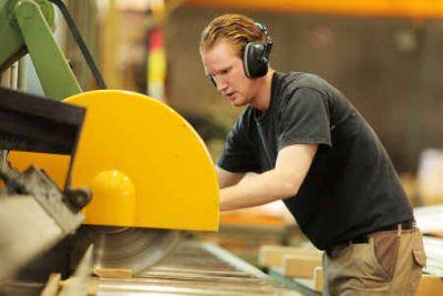 der Holzmechaniker im HPE-Betrieb Foto HPE