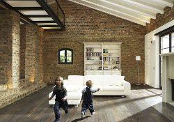 Starke Kontraste: Dunkler Parkettboden mit weißen Möbeln. Foto: vdp