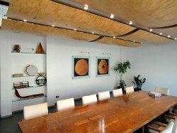 Tisch und Raum mit Furnier