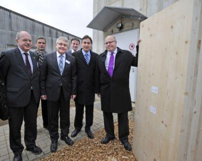 Bundesumweltminister Peter Altmaier  Niedersachsens Ministerpräsident David McAllister  weihten Timber Tower ein Quelle Henkel