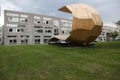 Die Skulptur am TU-Campus Inffeldgasse zeigt eindrucksvoll, was mit dem Baustoff Holz möglich ist. TU Graz