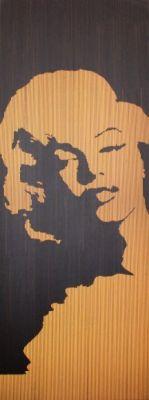 Durch einstrahlendes Licht von hinten erscheint das gewünschte Bild auf dem LUMINOSO-Holz.