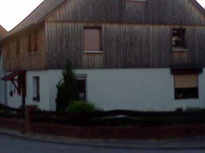 Mit einer Holzfassade gestaltet man ein Haus