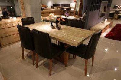 Esszimmer mit Tisch und Sitzgruppe