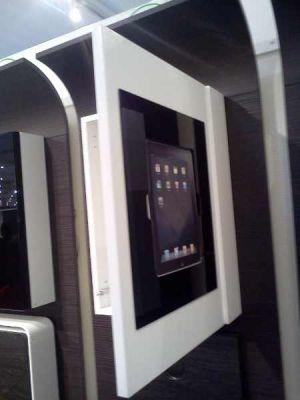 iPad und  iPhone in die Fronten eines Küchenschrankes eingeklickt