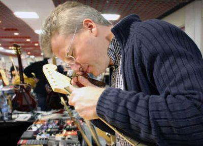 Dr. Gerald Koch untersucht das Holz einer ausgestellten E-Gitarre Foto Thünen Institut