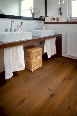 Ein hochwertiger Holzfußboden fühlt sich auch im Badezimmer wohl Foto vdp